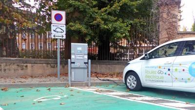 Borne de recharge électrique pour véhicules